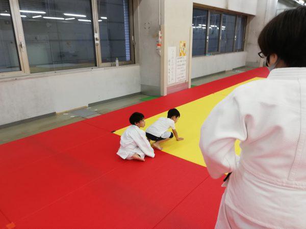 幼児と小学生が一緒に練習