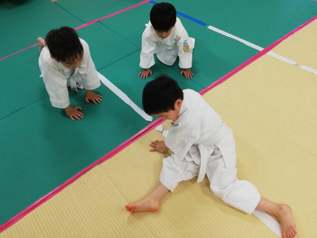 土曜日午後クラス 小学生が幼児に腰きりを教える