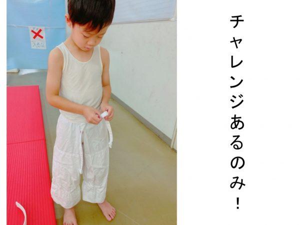 小1男子 リボン結びに挑戦