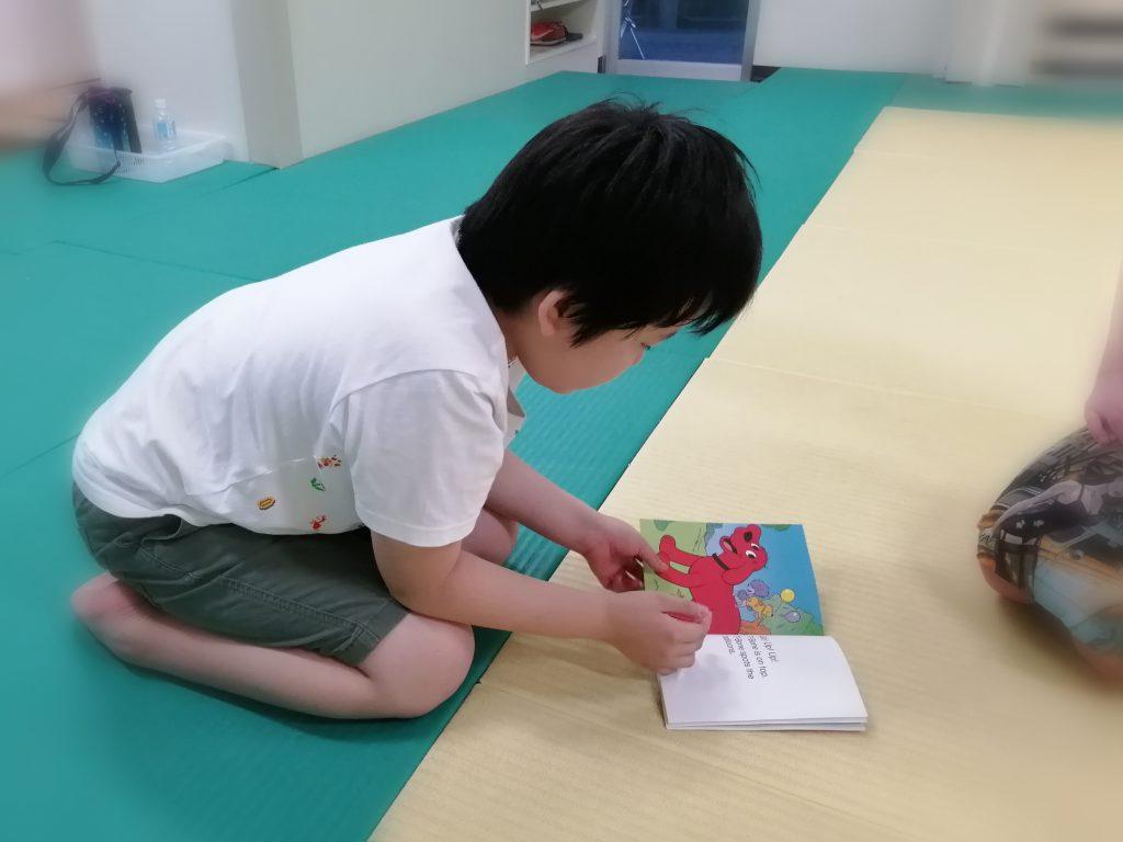 小学3年生 英語の絵本を読み上げる