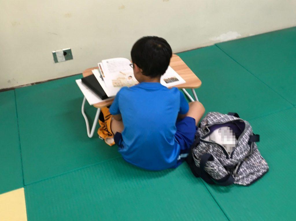 小4 男児  読書中