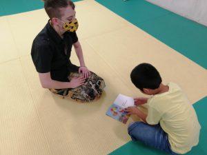 絵本を読む小学生