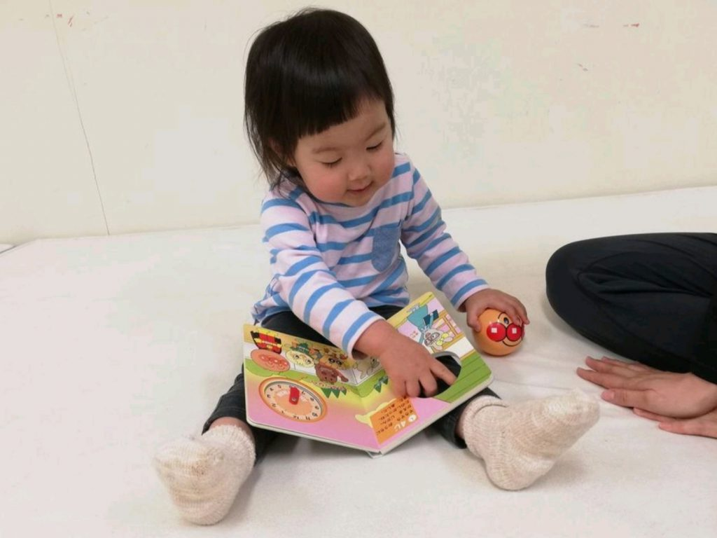 アンパンマンの絵本を読む幼児