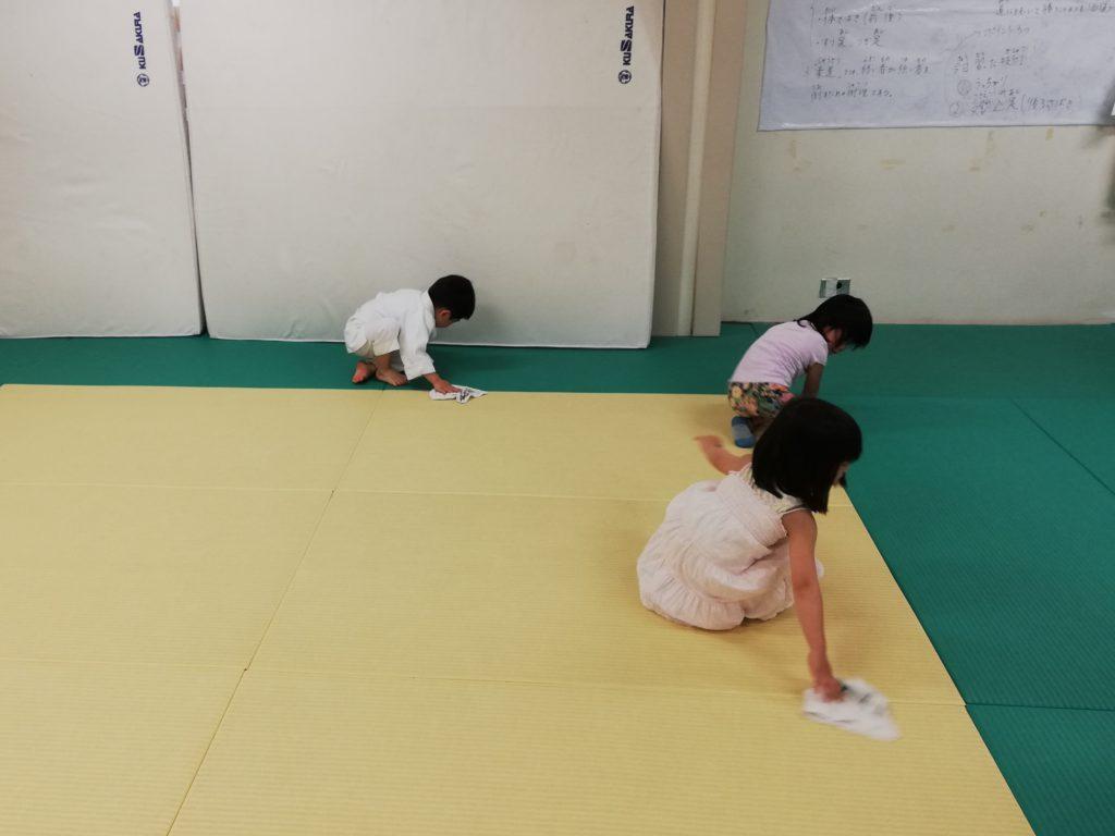 雑巾がけする幼児たち